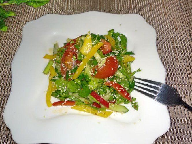 Витаминный салат из шпината, болгарского перца, огурца и томатов.