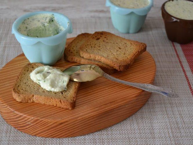 Творожная паста с чесноком и зеленью для бутербродов