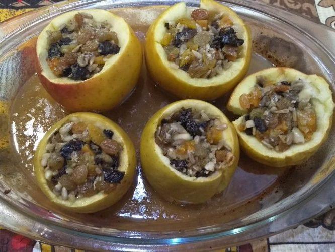 Печеные яблоки с сухофруктами и орешками родом из детства ,)