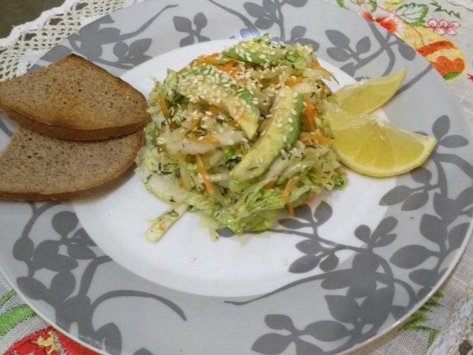 Легкий витаминный салат из авокадо и пекинской капусты с жаренным кунжутом