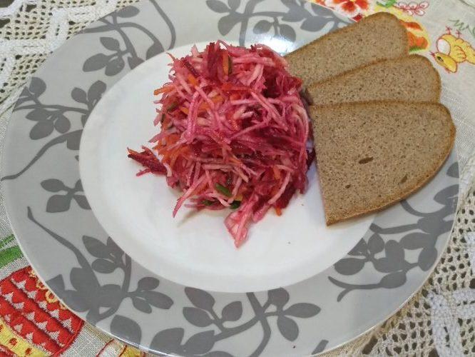 Легкий питательный салат из свеклы и сельдерея с жаренными гренками - ммм...вкуснятина)