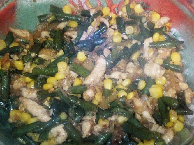 Теплый салат из курицы со спаржевой фасолью
