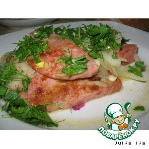 Жареная колбаса с луком и зеленью