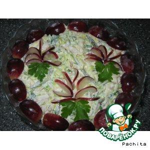 """Салат """"Бриз"""" с кальмарами и виноградом"""