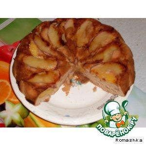 Бисквитный пирог с яблоками и персиками