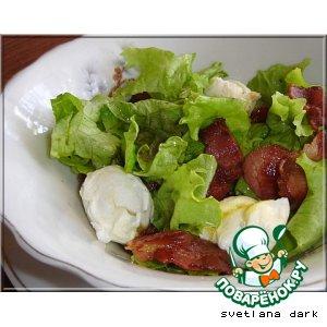 Зеленый салат с яйцом пашот и беконом