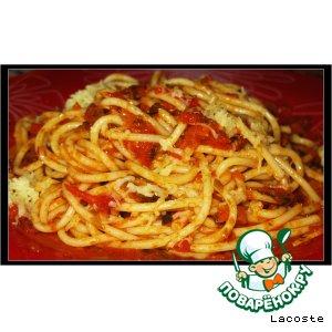 Спагетти с пряным овощным соусом и сыром