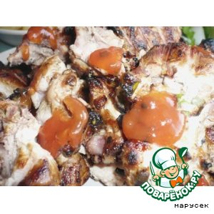 Курица на решетке в маринаде из чесночных стрелок и закуска из кабачка