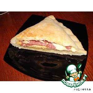 Пирог с сыром и салями