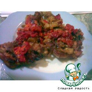 Телятина с помидорами, жареным луком и базиликом