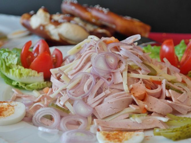 Салат из колбасы и сыра